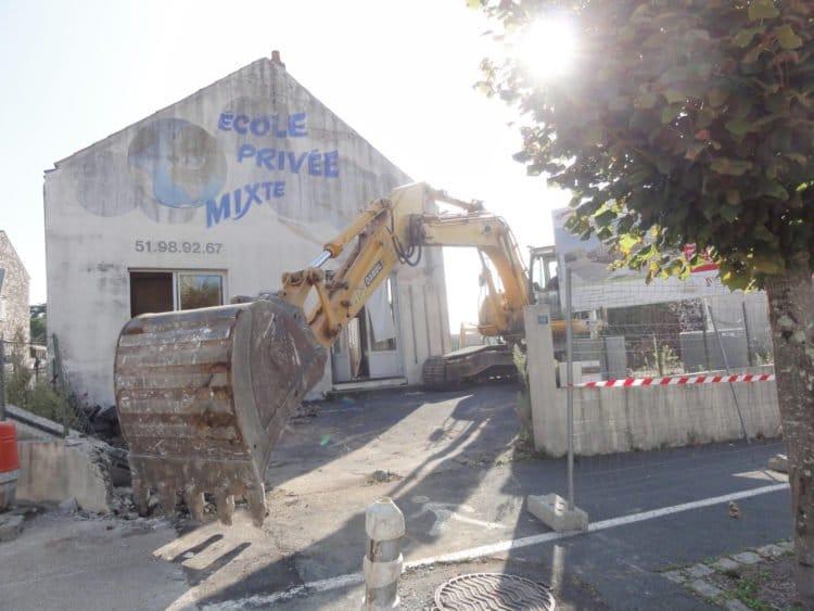 Exemple d'aménagement urbain à Moutiers-les-Mauxfaits, après démolition de l'ancienne école