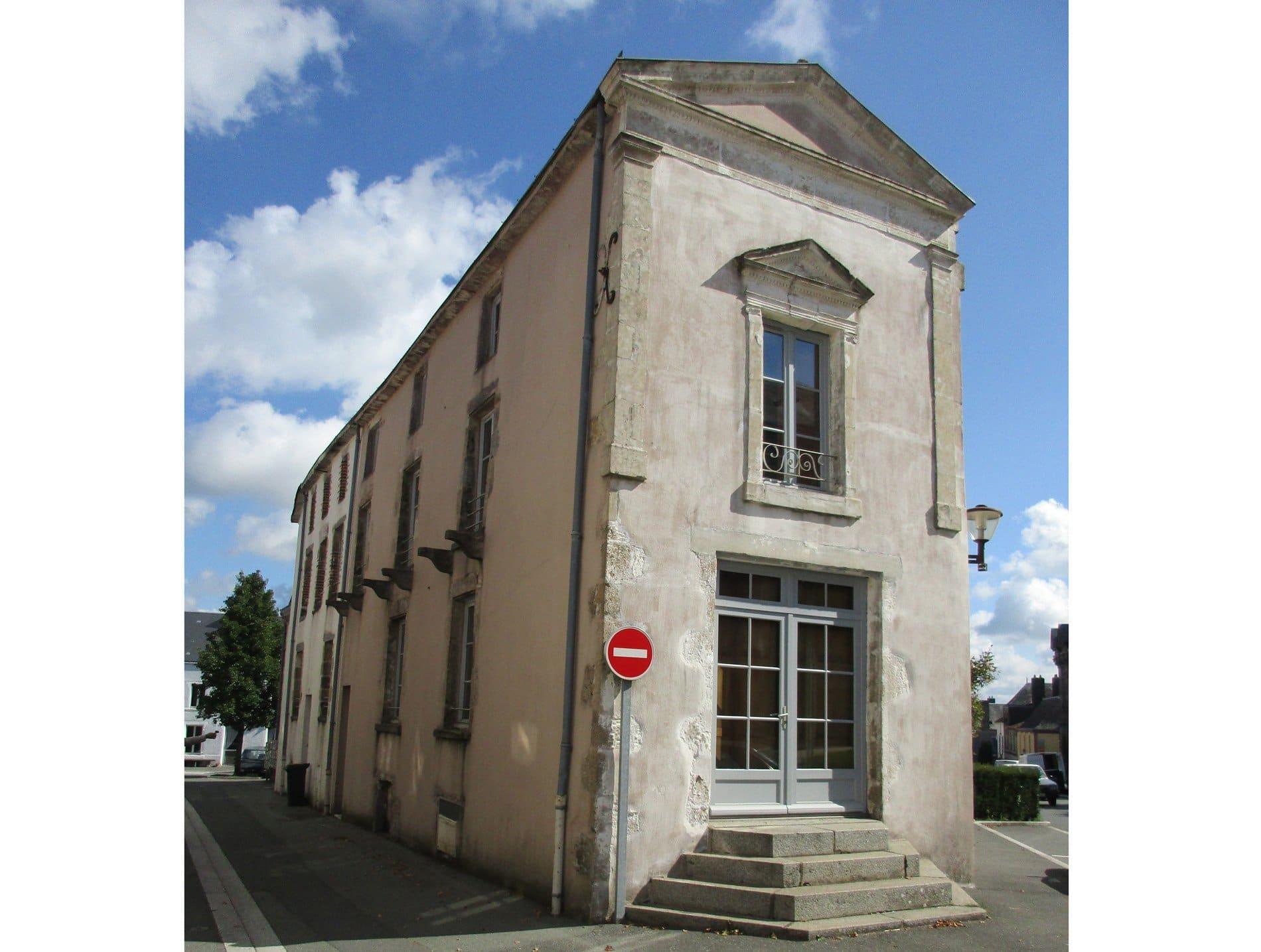 Maison de caract re vendre saint pierre du chemin avec for Entretien exterieur locataire
