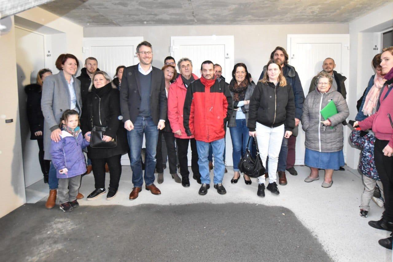 Des locataires heureux de recevoir les clés de leurs logements à Talmont Saint Jilaire